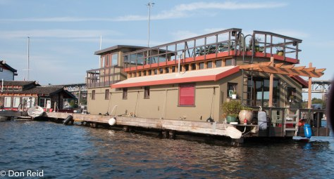 Seattle - Touring the harbour - a floating house