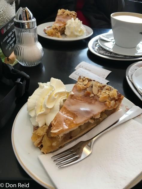 Passau - Apfelkuchen and cappucino